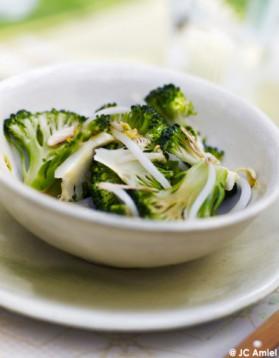 Salade de germes de haricots de soja et de brocolis aux amandes ...