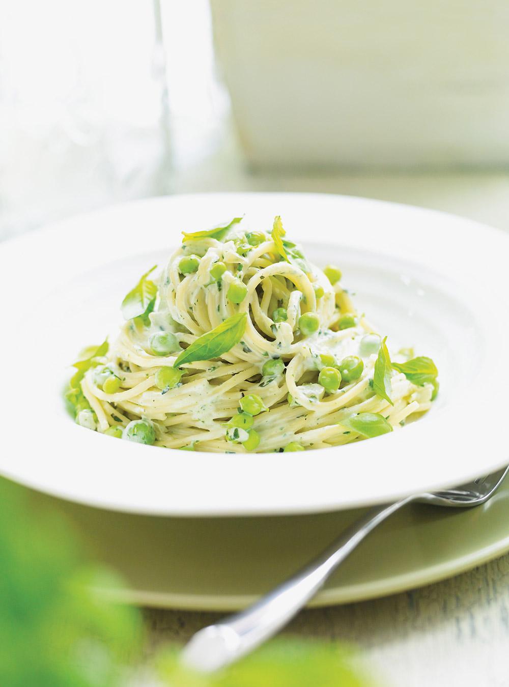 Spaghettis aux petits pois et au basilic | ricardo
