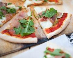 Recette pizza aux courgettes, pesto, roquette et jambon cru