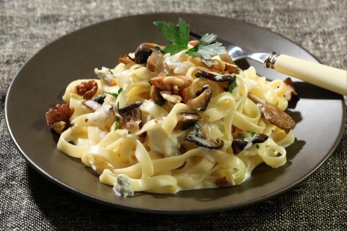 Recette de tagliatelle au gorgonzola, champignons poêlés et noix ...