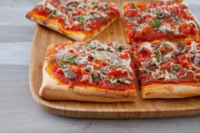 Recette de pizza très tomatée aux anchois et thym frais facile et rapide