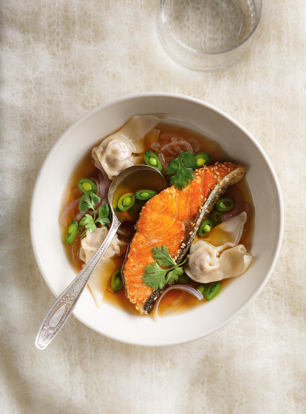 Soupe won-ton et saumon au sésame | ricardo