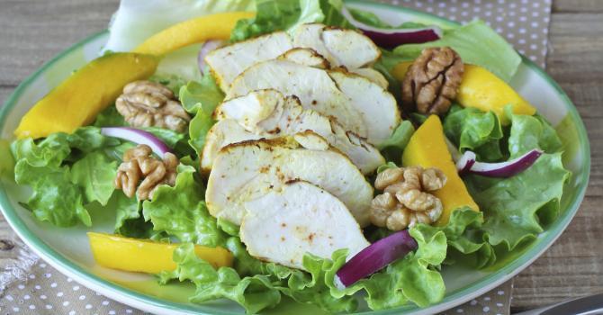 Recette de salade de poulet à la mangue et noix