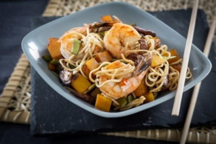 Recette de wok de gambas à la citronnelle, nouilles aux légumes ...