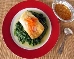 Filet de poisson grillé avec épinards et sauce thaï | cuisine az