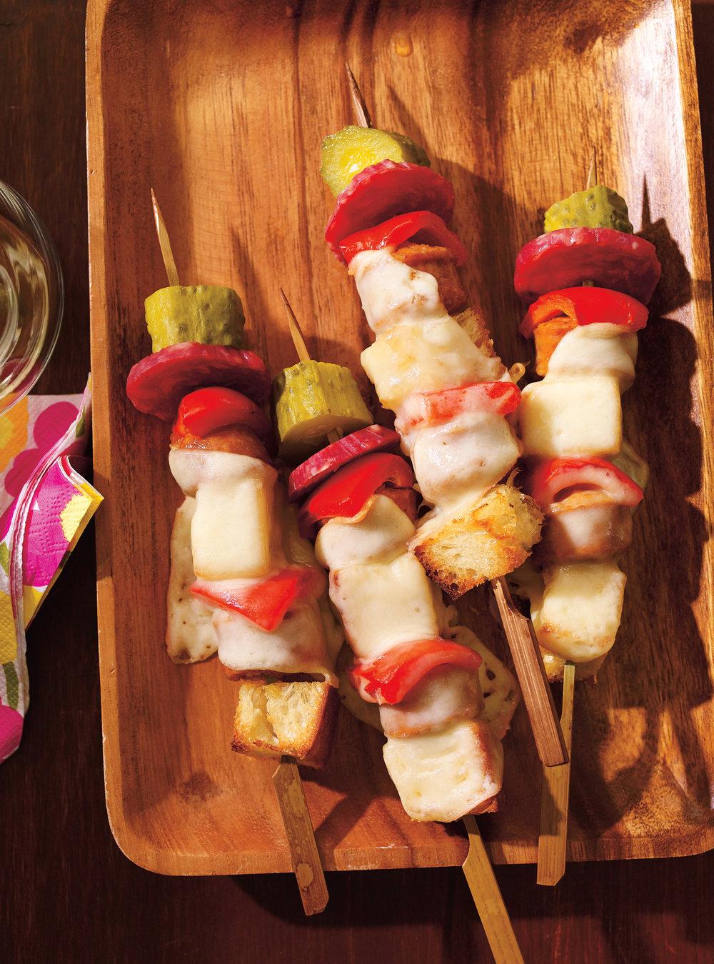 Brochettes de pain, de cornichon et de saucisson, façon raclette ...