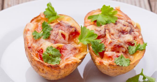 Recette de pommes de terre gratinées au four à la sauce tomate et ...