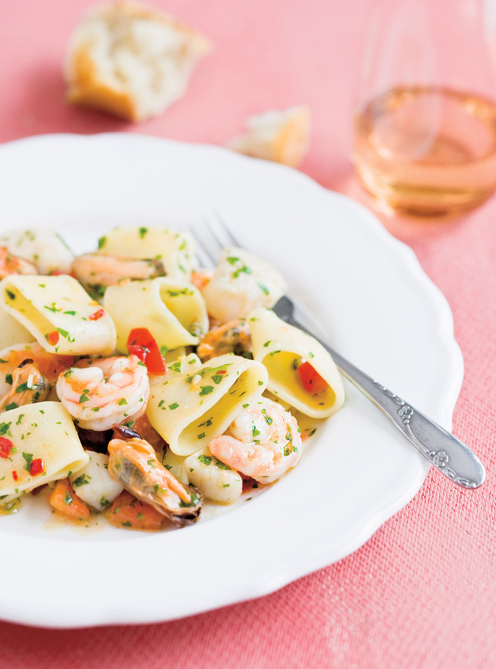 Pâtes italiennes aux fruits de mer (mezzi paccheri ai frutti di mare ...