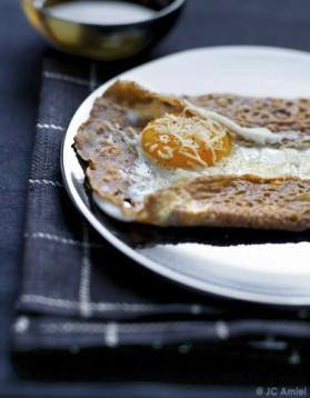 Galettes de sarrasin, œuf miroir et beaufort pour 8 personnes ...