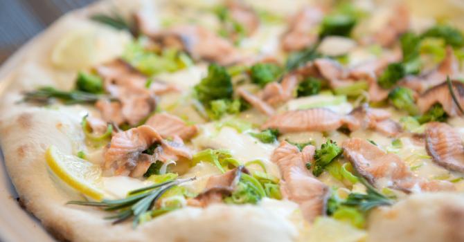 Recette de pizza légère au saumon et brocoli