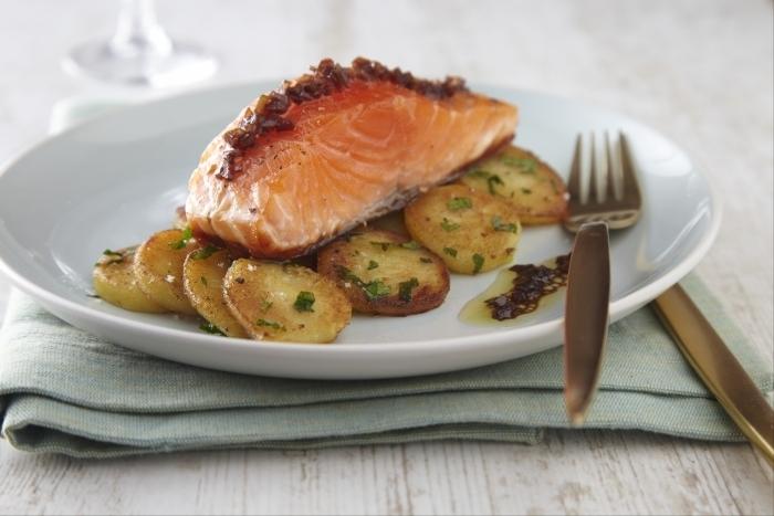 Recette de filet de saumon à l'unilatérale, pommes sautées au persil