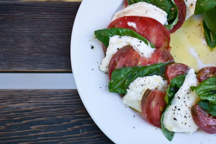 Salade caprese recette italienne : tomates mozzarella